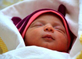 czym okryć niemowlaka podczas snu?