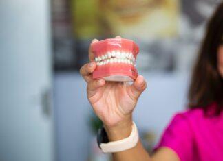 Protezy zębowe